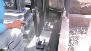 耐震ボンドを使用して墓誌を取り付け