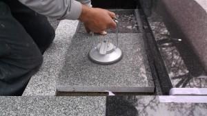 つるつるの石を持ち上げる吸盤