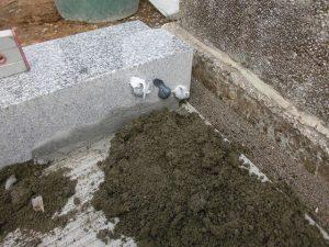 モルタルと石材ボンドを使用して据え付けます。