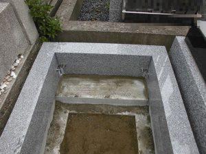 石材の四隅にはステンレス製の金具を取り付けます。