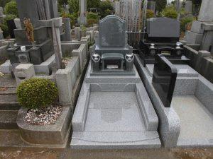 石塔が康美青、外柵がAG98を使用した和型のお墓の完成です。