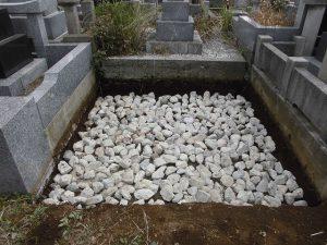 敷地いっぱいに割栗石を敷き詰めます。