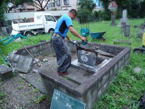 重機を使って1つずつ丁寧に墓石を解体