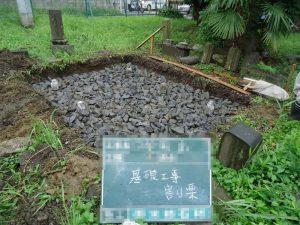 砕石を敷き詰める