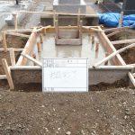 鉄筋の上からコンクリートを流し込み基礎を作ります。