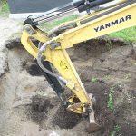 寒冷地のためショベルカーを使って基礎を深く掘り下げます。