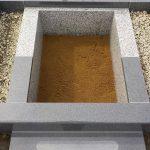 土にお骨が還るように納骨室内は砂のままで仕上げています。