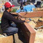 基礎の上にモルタルを敷き耐震ボンドを使って据え付けます。