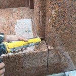 石材の隙間を埋めるためにコーキング剤を注入します。