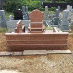 天山紅で作ったお墓の後ろ側。ステンレスの塔婆立てをお付けしています。