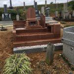 赤系の個性的な天山紅でつくられたお墓の完成です。