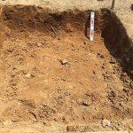 地面から約30㎝ほど地面を掘ります。