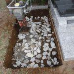 地盤強化のため割栗石を敷き転圧