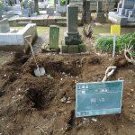 既存のお墓の外柵や基礎部分を撤去します。
