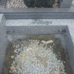 石材同士はステンレス製の金具でしっかり固定します。