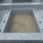 納骨室が出来たら、その上に石材を積み上げていきます。