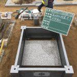 納骨室の板石を設置