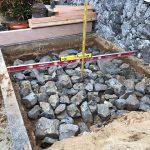 基礎に割栗石を敷き詰めた状況