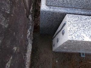 基礎に外柵となる石材を据え付ける状況