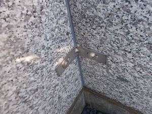 ステンレス製の金具で石材をしっかり固定