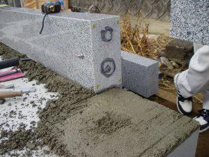 まずは外柵からモルタルと石材ボンドで据え付けます。