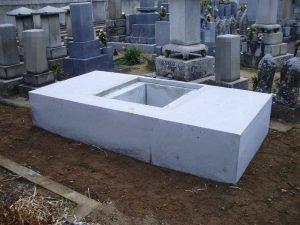 固まった基礎の上に石積工事を行います。