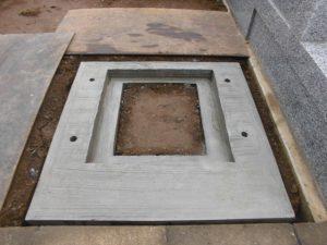 基礎工事が終わり基礎が乾きました。まごころ職人が丁寧に石積工事を開始いたします。