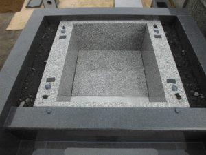 石材が重なる部分には免震シートを使用して大切なお墓を地震からお守りします。