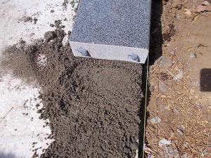 まずは土台となる外柵からモルタルと石材用ボンドで