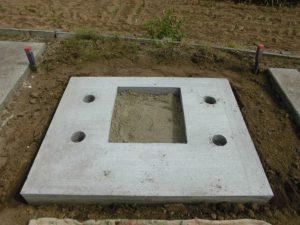 基礎工事が終わり、出来上がった基礎の上に石材を据え付けていきます。