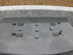 大切なお墓をお守りする為石材が重なる部分には免震シートを使用しています。