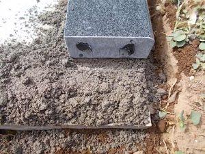 まずは外柵から。石材用ボンドとモルタルを使用して丁寧に据え付けていきます。