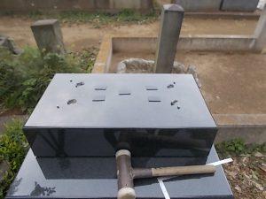 このように石材の重なる部分には免震シートを使用して大切なお墓を地震からお守りします。