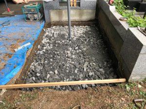 割栗石の上に砕石を敷き詰めてランマーで押し固めます。