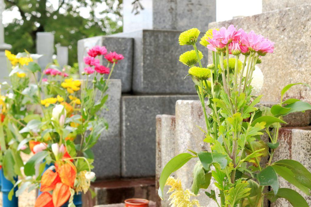 墓石と供養花