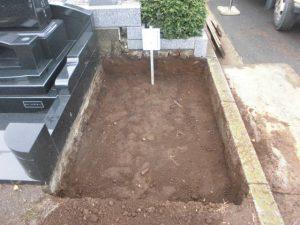 根切工から。通路面から約30センチ程掘り下げます。