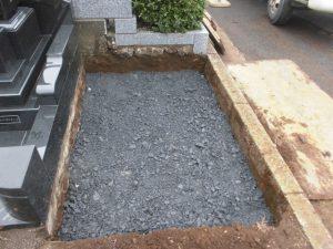 次に転圧工。割栗石と砕石を敷き詰めてランマー等で踏み固めます。