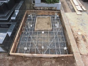 配筋工。約20センチ間隔で鉄筋を組む事で、コンクリートのひび割れを防ぎます。