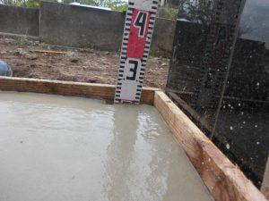 打設工。型枠の中にコンクリートを流し込みコテ等を使用して均します。養生期間をおいて、型枠を外すと基礎工事の完成です。