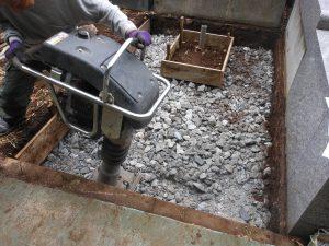 割栗石と砕石を敷き詰めてランマーで押し固めていきます。