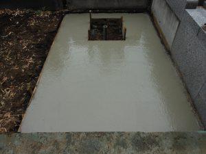 鉄筋の上にコンクリートを流し込みます。一定の養生期間をおいて型枠を外して基礎工事の完成です。