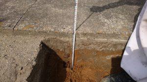 根切工。地面を通路面から約30センチ程掘り下げます。