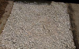 転圧工。割栗石と砕石を敷き詰めてランマ等でしっかりと踏み固めます。