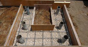 配筋工。約20センチ間隔で鉄筋を組んでコンクリートのひび割れを防ぎます。