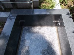 ステンレス金具。サビに強いステンレス金具を使用して石材同士しっかりと固定します。