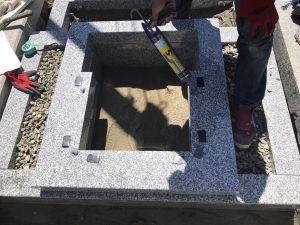 石材の重なる部分には地震対策として免震シートを使用しています。