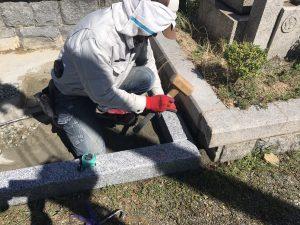 まずは外柵から。石材用ボンドとモルタルを使用して石材を据え付けます。