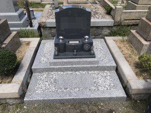 関西地方で人気の白御影石G688中目と黒御影石の二種類を使用した洋型の墓石が無事完成しました。