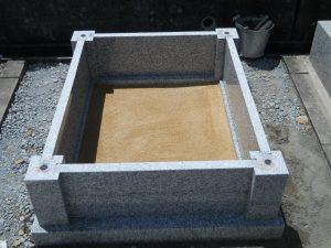 まずは外柵から。ステンレス金具を使用して石材同士しっかりと固定します。