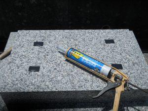 地震対策。石材の重なる部分には、免震シートを使用して大切なお墓をお守りします。